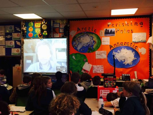 Caitlin Downs teaches 5th year students at Silverhill Primary School in Mickleover in the United Kingdom. In February, her class connected to the Princess Elisabeth Station by Skype and was able to talk to electrical engineer Johnny Gaelens who manages renewable energy systems at the Station.