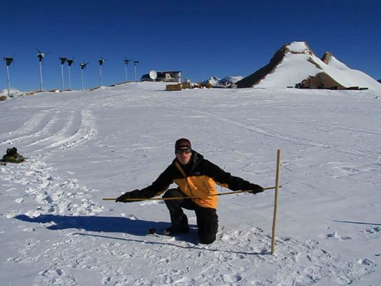 Teacher Koen Meirlaen performs the experiment at the Princess Elisabeth station in Antarctica.