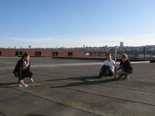 The education team of the International Polar Foundation measures the shadow in Brussels.